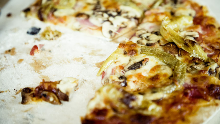 How to Eat A Pizza Properly, According to The Experts